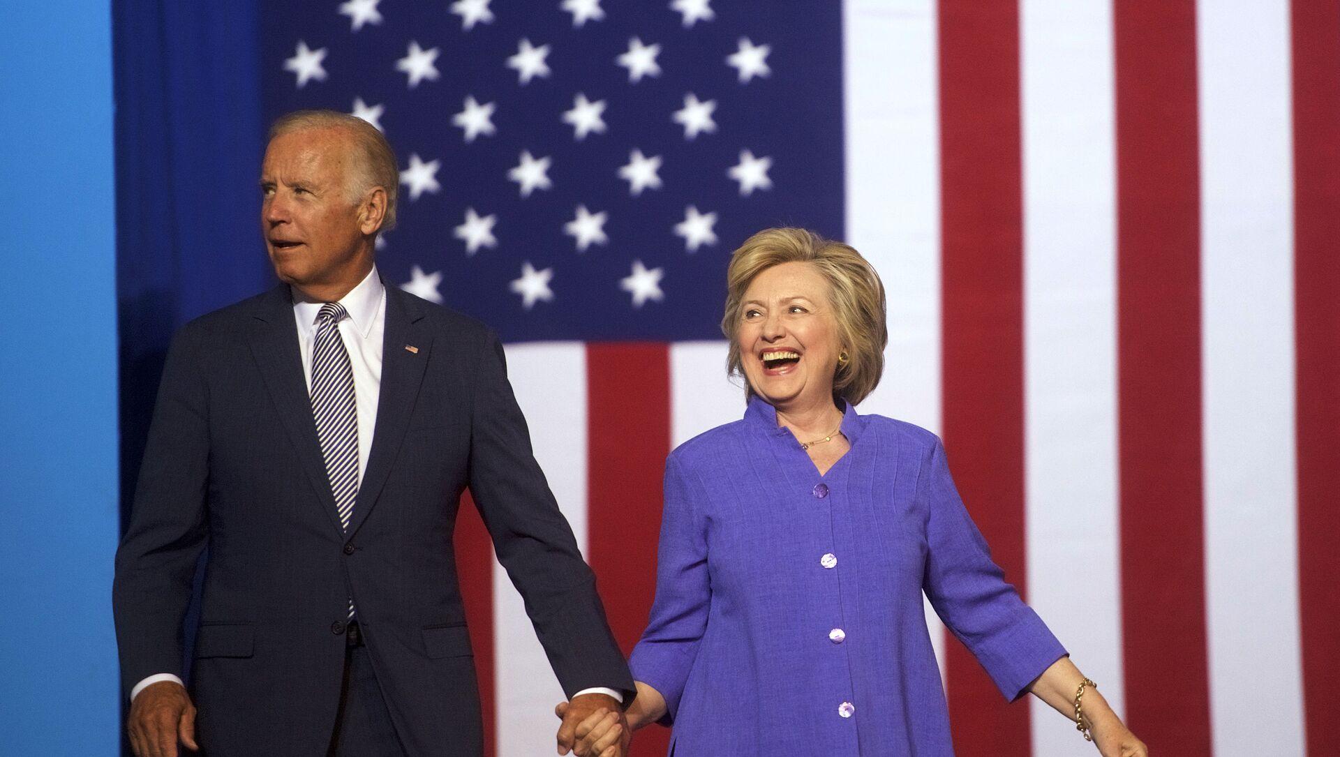 La exsecretaria de Estado de EEUU, Hillary Clinton, junto al exvicepresidente y candidato presidencial Joe Biden - Sputnik Mundo, 1920, 29.04.2020