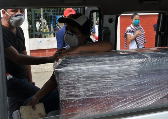 Transporte de un ataúd en Guayaquil, Ecuador