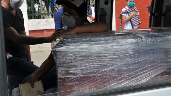 Transporte de un ataúd en Guayaquil, Ecuador - Sputnik Mundo