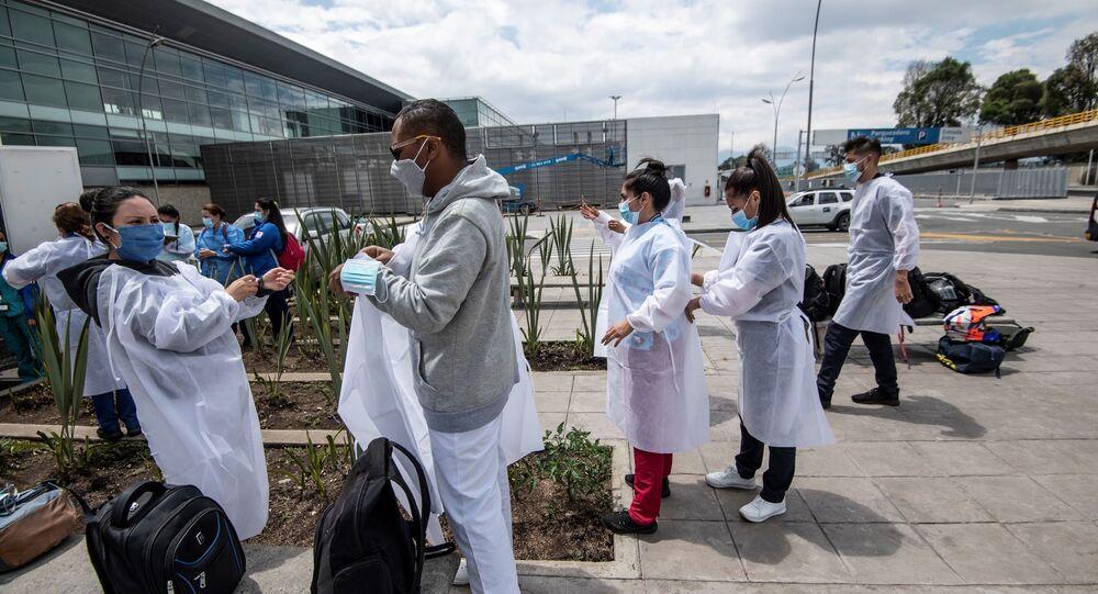 Personal sanitario en la entrada del aeropuerto de Bogotá, Colombia