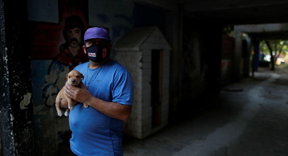 Un hombre con mascarilla en Buenos Aires, Argentina