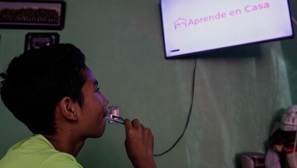 Un niño toma clases virtuales por televisión (imagen referencial) - Sputnik Mundo