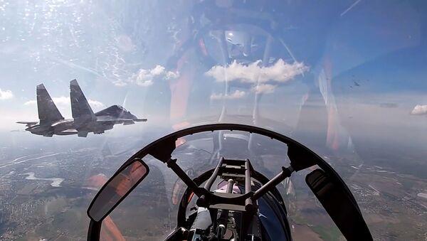 Cazas y bombarderos rusos cruzan el cielo sobre el mar Báltico  - Sputnik Mundo