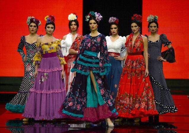 Las modelos presentan las creaciones de Teressa Ninú en el SIMOF 2020 en Sevilla