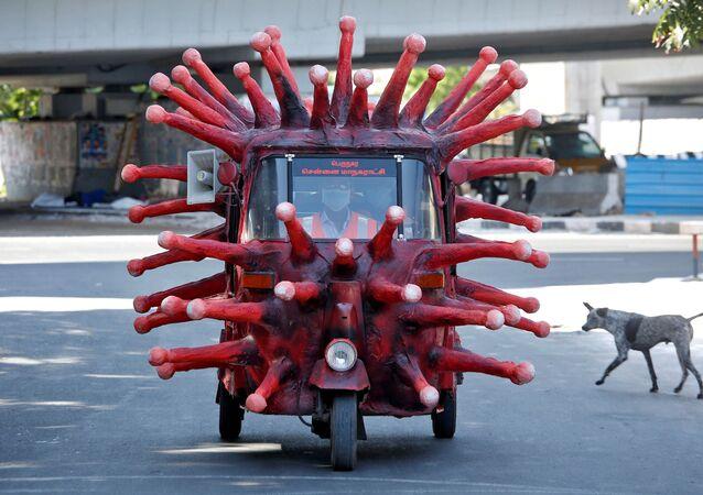 Un rickshaw en forma de coronavirus
