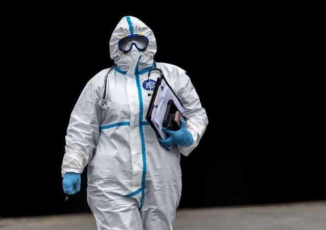 Médico en un traje de protección