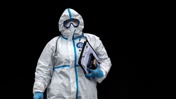 Médico en un traje de protección - Sputnik Mundo