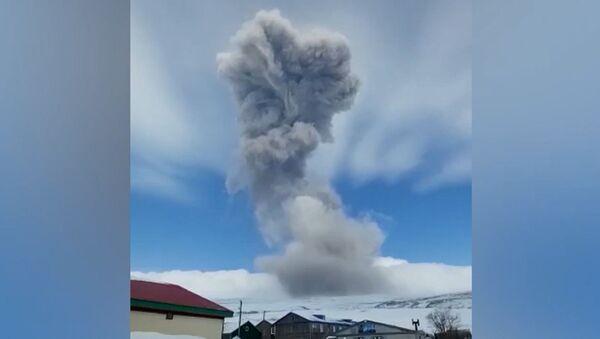 Un volcán ruso cubre de cenizas una ciudad cercana - Sputnik Mundo