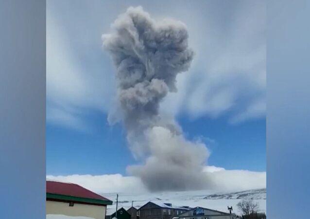 Un volcán ruso cubre de cenizas una ciudad cercana
