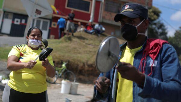 Colombianos protestan golpeando cacerolas en plena pandemia de COVID-19 - Sputnik Mundo