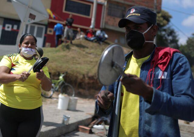 Colombianos protestan golpeando cacerolas en plena pandemia de COVID-19