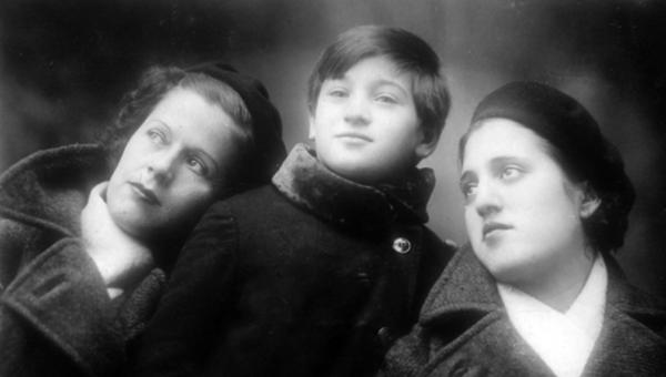 Olvido, a la izquierda. A la derecha, Julia, otra cuidadora. En el centro, una niña, Milagros - Sputnik Mundo