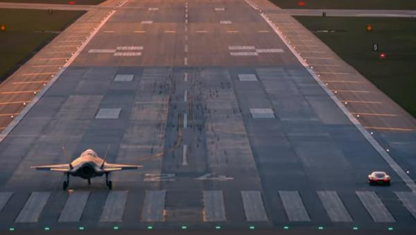 Carrera entre un McLaren Speedtail y un F-35 de combate - Sputnik Mundo