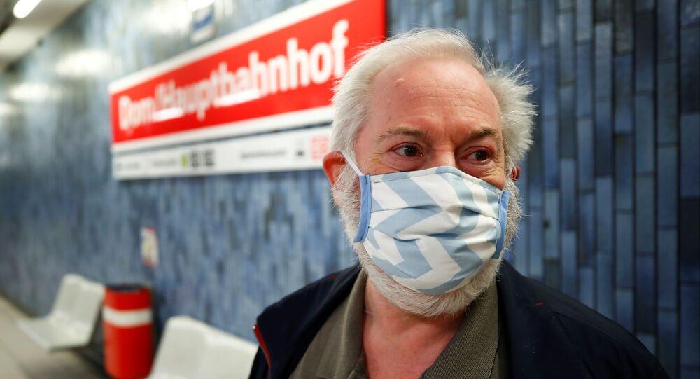Un señor con una mascarilla en el metro de Colonia, Alemania