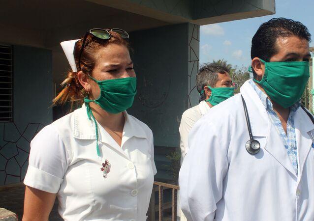 Enfermera y doctor Sebastián Meneses, médico boliviano en el poblado de Zaragoza, San José de las Lajas, Cuba