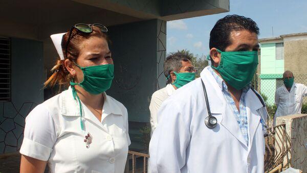 Enfermera y doctor Sebastián Meneses, médico boliviano en el poblado de Zaragoza, San José de las Lajas, Cuba - Sputnik Mundo