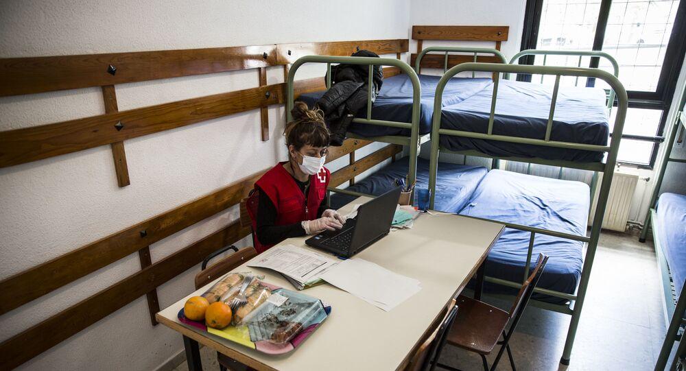 Una trabajadora de Cruz Roja en el albergue de Los Molinos, en Madrid, habilitado para 'sintecho'
