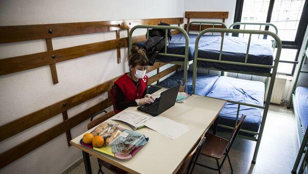 Una trabajadora de Cruz Roja en el albergue de Los Molinos, en Madrid, habilitado para 'sintecho'. - Sputnik Mundo