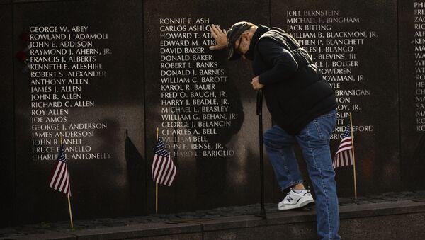 Un veterano de guerra se lamenta ante el memorial a los caídos en la Guerra de Vietnam en Philadelphia, EEUU - Sputnik Mundo