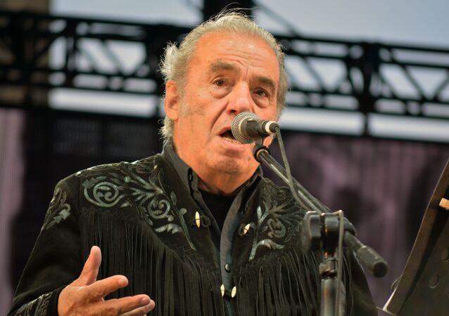Óscar Chávez, cantante, actor y compositor mexicano