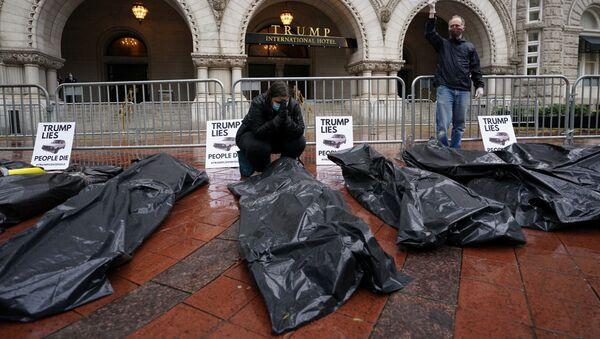 Unos manifestantes protestan entre bolsas de cadáveres falsas delante del Trump International Hotel en Washington - Sputnik Mundo