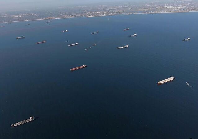 Petroleros anclados cerca de Long Beach, California