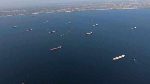 Petroleros anclados cerca de Long Beach, California - Sputnik Mundo