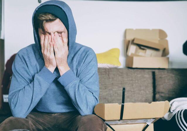 Un hombre con dolor de cabeza