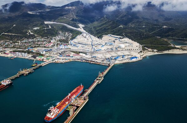 Нефтяные танкеры у нефтеналивного терминала перевалочного комплекса Шесхарис в Краснодарском крае - Sputnik Mundo