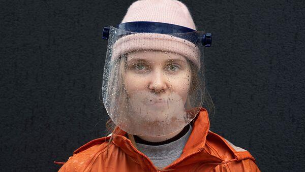 Un escudo facial sobre una chica en Polonia - Sputnik Mundo