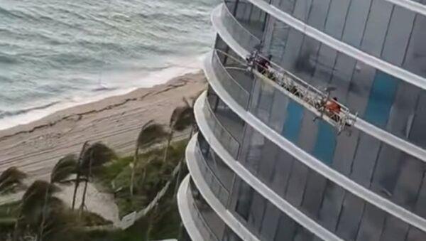 Un golpe de viento casi se lleva a dos trabajadores en un rascacielos - Sputnik Mundo