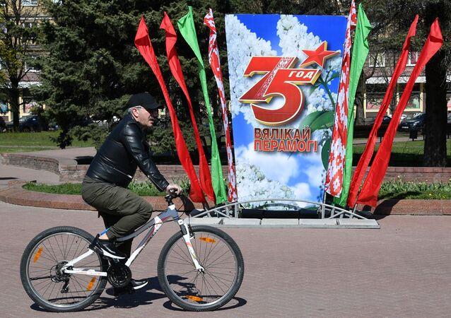 Un cartel dedicado al 75 aniversario de la victoria sobre la Alemania nazi en Minsk
