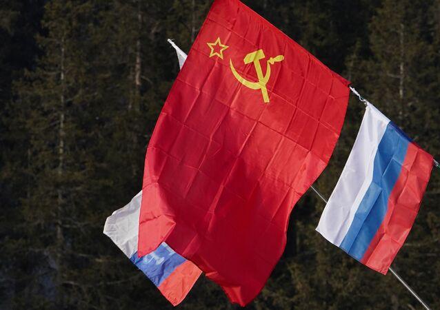 Banderas de la URSS y Rusia
