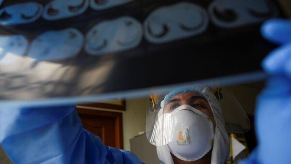 Un médico en Guayaquil, Ecuador - Sputnik Mundo