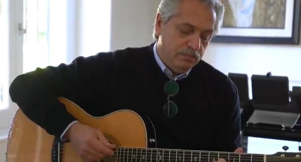 Alberto Fernández, presidente argentino, tocando la guitarra