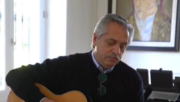 Alberto Fernández, presidente argentino, tocando la guitarra - Sputnik Mundo