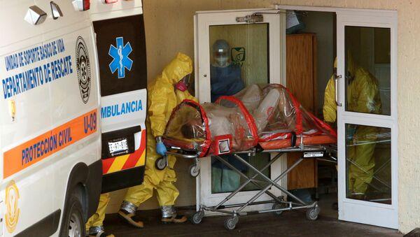 Paramédicos llevándose a un hombre con coronavirus en Ciudad Juárez - Sputnik Mundo