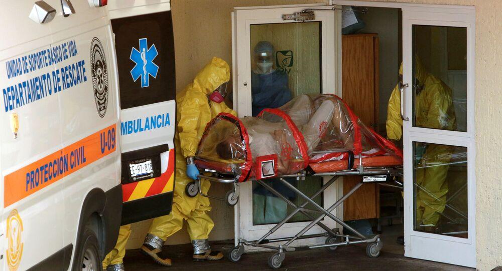 Paramédicos llevándose a un hombre con coronavirus en Ciudad Juárez