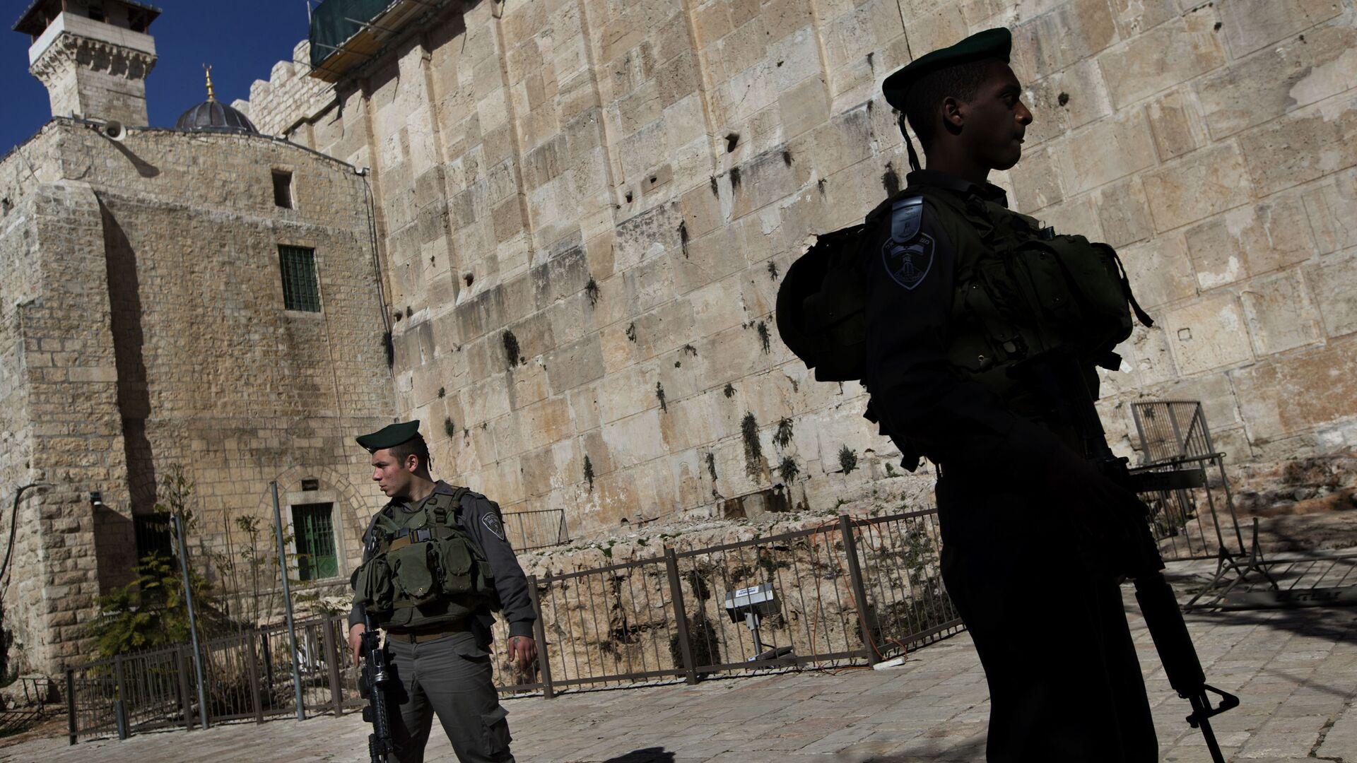 Militares israelíes cerca de la mezquita de Abrahán en Hebrón - Sputnik Mundo, 1920, 09.09.2021