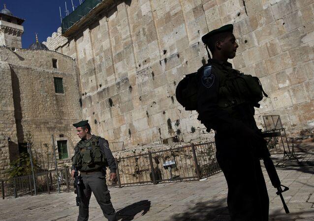 Militares israelíes cerca de la mezquita de Abrahán en Hebrón