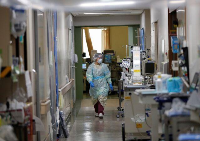 El personal médico de un hospital con pacientes contagiados por el COVID-19 en Tokio