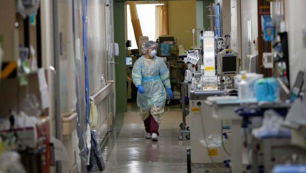El personal médico de un hospital con pacientes contagiados por el COVID-19 en Tokio - Sputnik Mundo