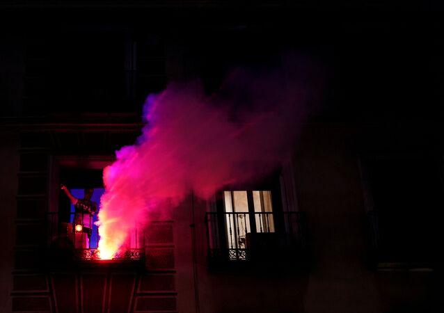 Un joven celebra el Día de la Comunidad de Madrid desde su ventana