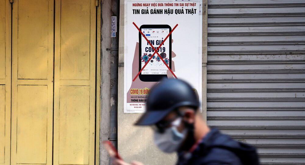 Un cartel advierte contra la desinformación acerca del coronavirus en Vietnam