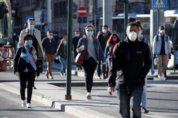 Los italianos vuelven a las calles por primera vez en nueve semanas  - Sputnik Mundo