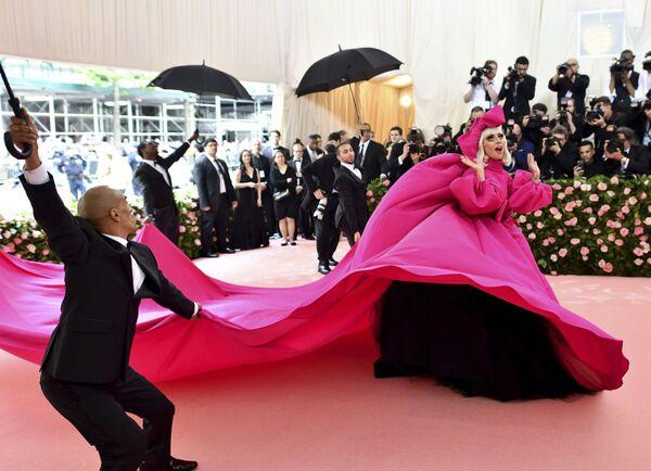 Imaginación sin límites: los extravagantes trajes de la Gala del Met en Nueva York - Sputnik Mundo