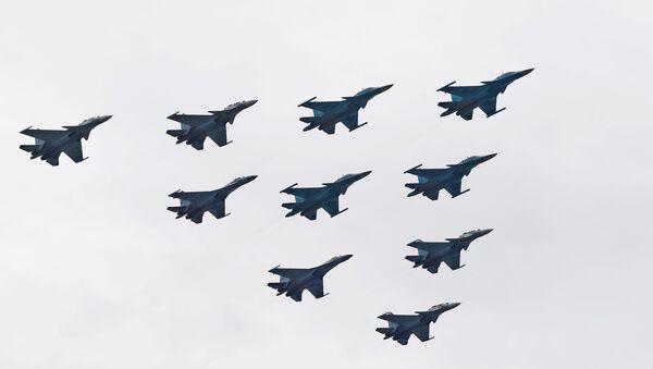 Los cazas Su-30SM y Su-35S y los bombarderos Su-34 participan en el ensayo del desfile militar - Sputnik Mundo