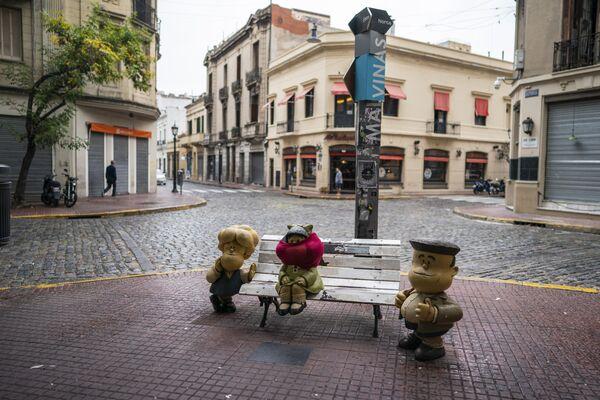 La estatua de Mafalda, un famoso personaje de dibujos animados creado por Quino, se encuentra con la cara cubierta en Buenos Aires, Argentina - Sputnik Mundo