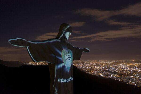 El Cristo Redentor, en Rio de Janeiro, lleva una máscara facial - Sputnik Mundo