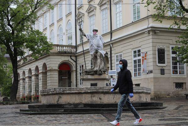 La estatua de Neptuno, en Lviv, lleva elementos de protección personal  - Sputnik Mundo